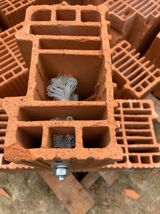 Test de scellement dans la brique, c'est costaud  …